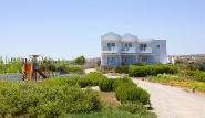 Karpathos - Thalassa Suites, Aussenansicht mit Spielplatz