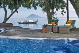 Nordsulawesi - Murex Manado Dive Resort, Pool mit Relaxsesseln und Blick aufs Meer