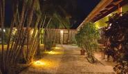 Tobago - Shepherd`s Inn, Gartenanlage bei Nacht