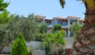 Sigri Lesbos - Orama Hotel, Aussenansicht mit Garten