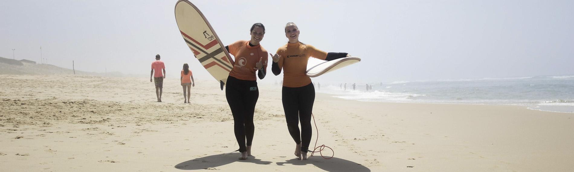 Surferinnen auf dem Weg zur Welle