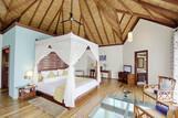 Malediven - ROBINSON Club Maldives, Wasserbungalow, Wohnraum