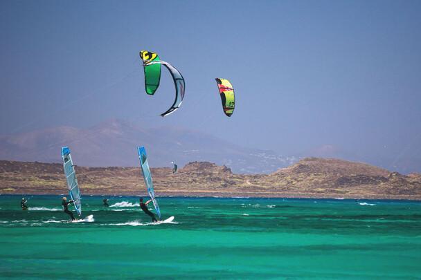 Fuerteventura Nord, Flag Beach, Surfer und Kiter