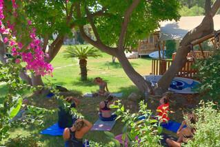 Rhodos-Theologos, LOGOS Beach Village, Yoga im Garten