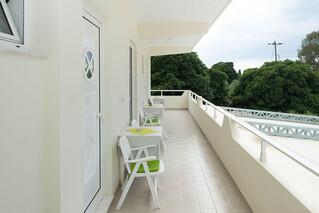 Rhodos Theologos - Let it be, Eingang zu den Zimmern und Balkon