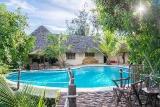 Sunshine Marine Lodge - Pool vor Family Suite