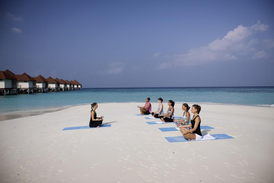 Malediven - ROBINSON Club Maldives, Yoga am Strand