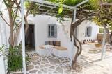Naxos - Flisvos seaside Studios & Appartements, Terrassen der Studios mit Garten