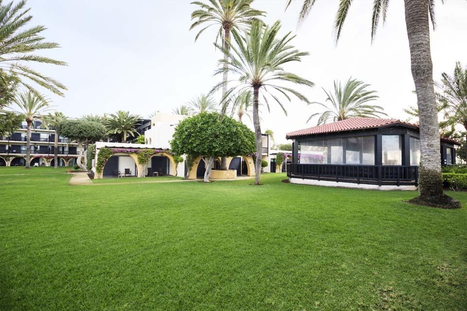 Fuerteventura - ROBINSON Club Jandia Playa, Garten mit Fitnessebene und Pueblo