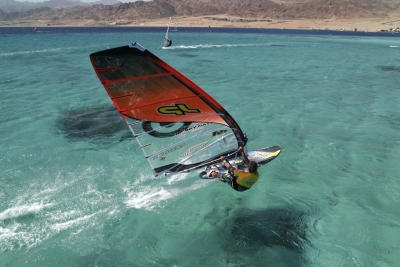 Windsurf Action auf kristallklarem Wasser (Dahab)