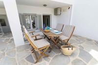 Naxia Apartments - Terrasse vor Souterrain Appartement