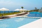 Alacati - Alkoclar Exclusive, Poolbereich mit Sonnenliegen